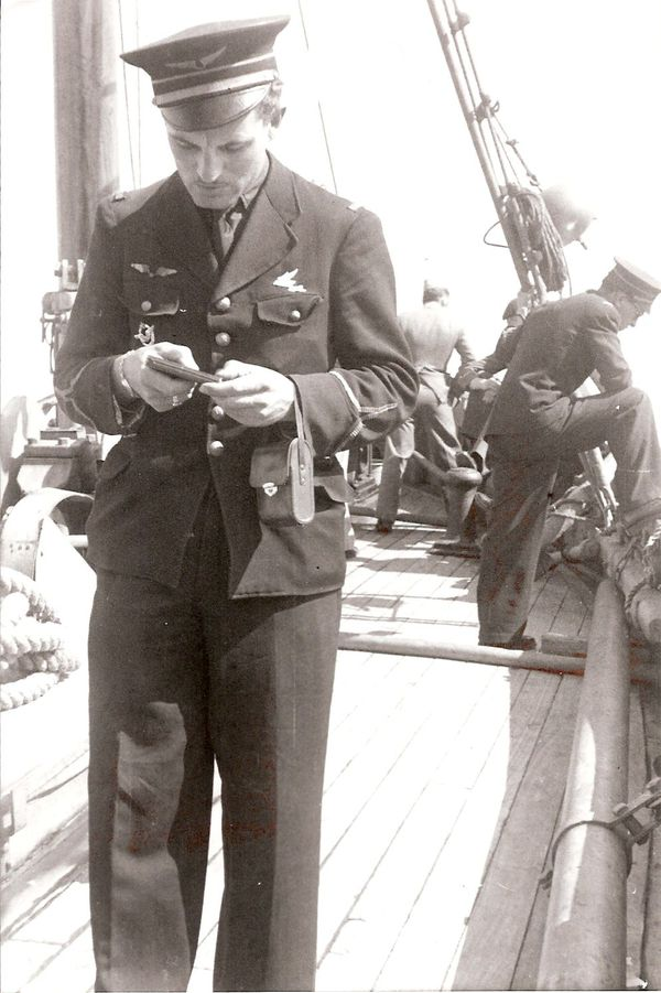 "Charles Guérin à bord du ""Président Houduce"" en juillet 1940, entre Gibraltar et l'Angleterre."