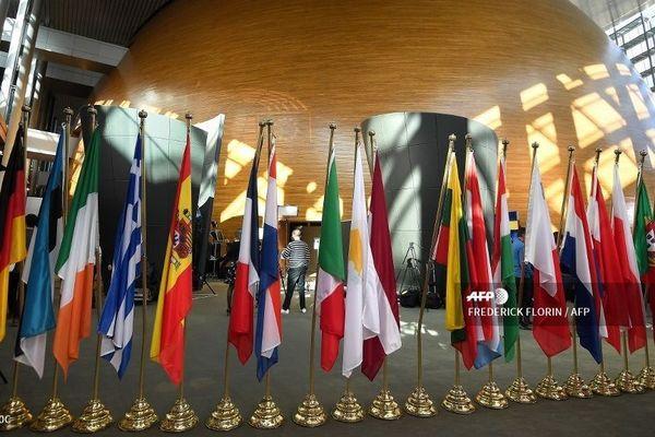 Les drapeaux des pays européens au Parlement de Strasbourg.