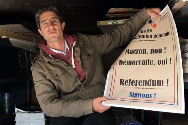 """Le député présente son affiche """"méchante"""" en faveur d'un référendum sur ADP."""