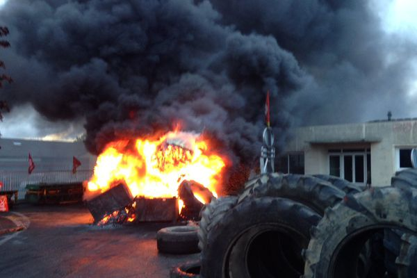 Les salariés de GM&S ont mis le feu à une machine, une unité de soudure.