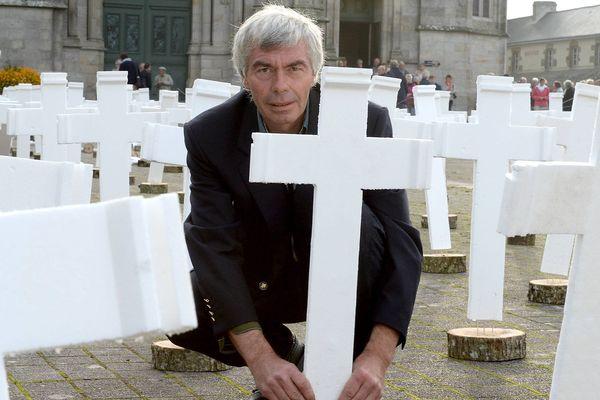 Jacques Jeffredo agriculteur à Camors, a installé sur le parvis de la basilique à Sainte-Anne-d'Auray (56) 600 croix représentant les 600 agriculteurs qui se suicideraient chaque année.