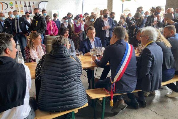 Emmanuel Macron entouré de producteurs locaux et des élus.
