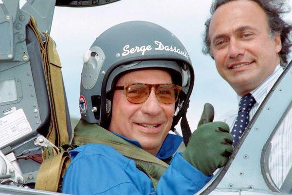 Serge Dassault pose à bord d'un mirage 2000 à coté de son fils Olivier, en juin 1997.