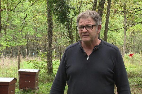 Philippe Roy est apiculteur à Lavoux et exploite 180 ruches dont certaines sont en lisière de la forêt.
