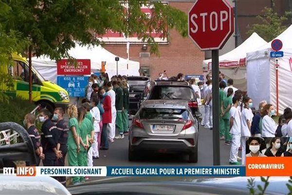 L'accueil de la dirigeante belge a été extrêmement froid, rappelant la visite d'Emmanuel Macron à la Pitié Salpêtrière plus tôt dans la semaine.