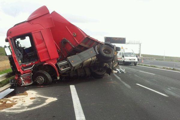 Le premier camion en cause s'est couché sur la chaussée