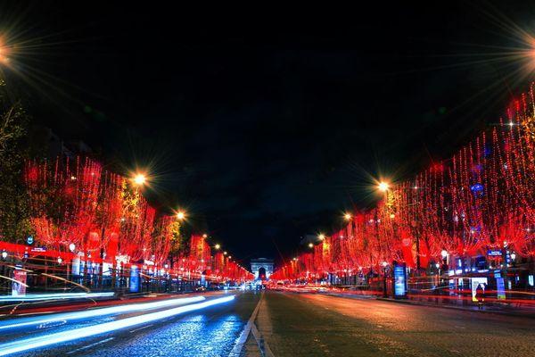 L'avenue des Champs-Elysées se pare de rouge pour la collection hiver 2018. Flamboyance c'est son nom. Cela lui va plutôt bien !