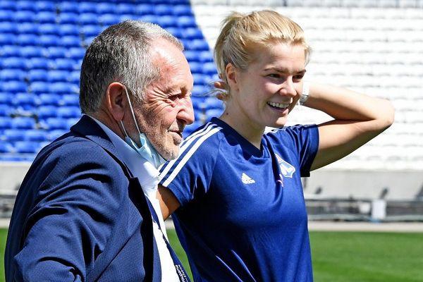 Football: l'attaquante Ada Hegerberg prolonge avec Lyon jusqu'en 2024. Photo d'archives : l'attaquante de l'OL à la reprise de l'entraînement en juin 2020, en discussion avec Jean-Michel Aulas (18/12/20)