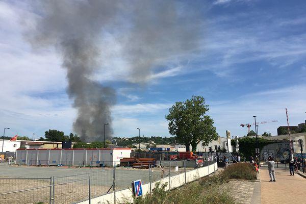 Un incendie visible depuis tout Bordeaux s'est déclaré ce samedi 24 avril à proximité du Quai de Brazza.