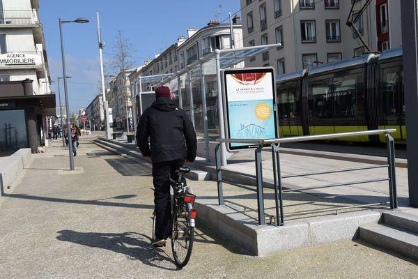 Un cycliste en centre-ville de Brest