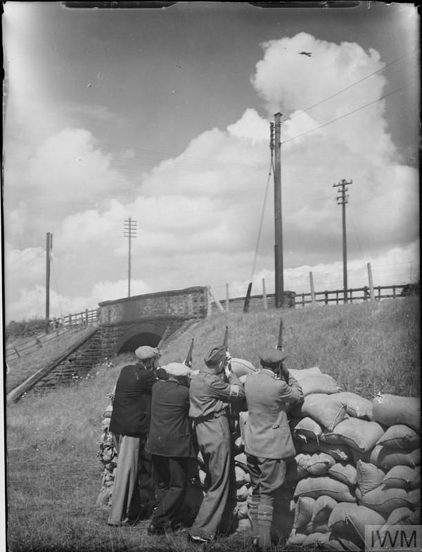 Des Home Guards s'entraînant à viser des avions derrière des barricades, le 30 juillet 1940, près de Shrewsbury, dans le centre de l'Angleterre.