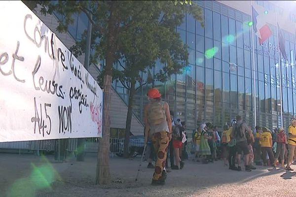 L'arrivée de la marche contre l'A45 à Lyon, devant le siège de la région Auvergne Rhône-Alpes