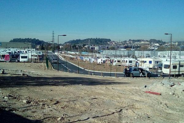 A Marseille, depuis dimanche, les gens du voyage occupent un parking en construction.