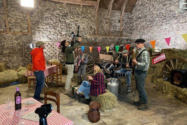"""Le tournage du clip de """"Mon eau de vie"""" a eu lieu dans une grange."""