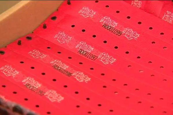 Le fameux bracelet rouge, sésame pour entrer dans le périmètre des fêtes de Bayonne cet été