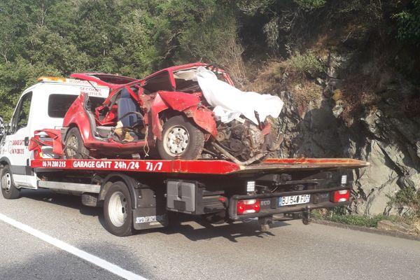 Un des véhicules impactés dans la collision, qui a fait deux morts.