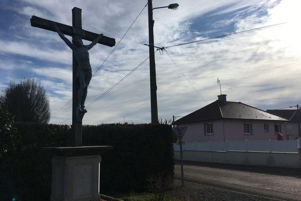 A l'entrée du quartier où réside le couple une imposante statue du Christ sur la croix