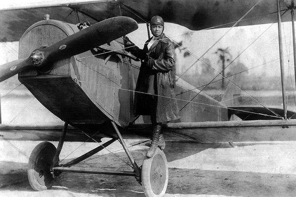 "Bessie Coleman et son Curtiss JN-4 ""Jenny"" en 1922."
