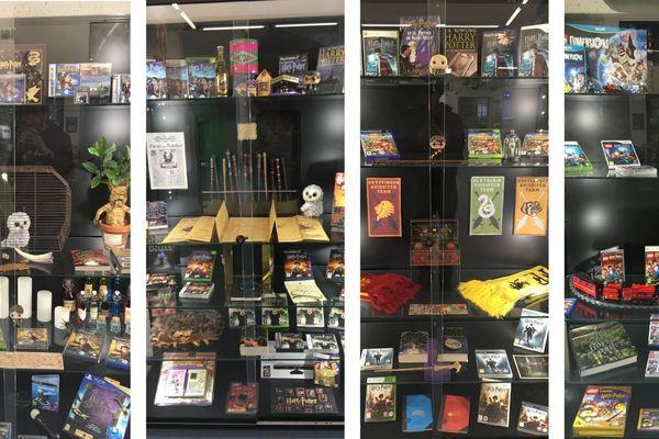 Les vitrines regorgent de livres et de produits dérivés Harry Potter. Sans oublier les jeux vidéo.