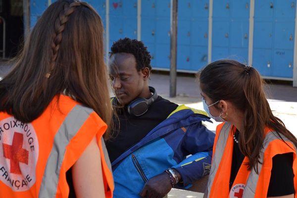 Des bénévoles de la Croix Rouge aident des SDF hébergés depuis le 8 avril dans l'internat du lycée Jean-Mermoz à Montpellier.