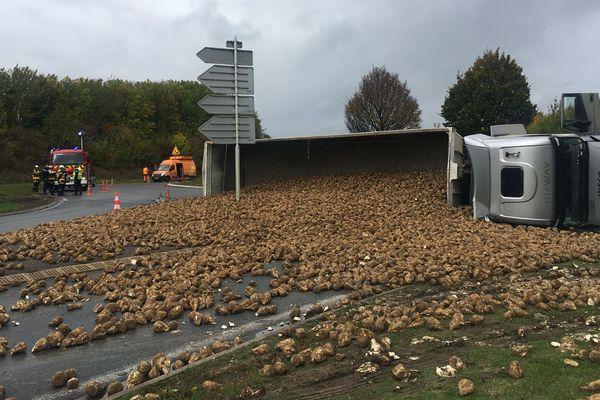 Le camion betteravier de 40 tonnes s'est couché sur la voie au niveau du rond-point d'Argœuves mercredi 9 octobre 2019