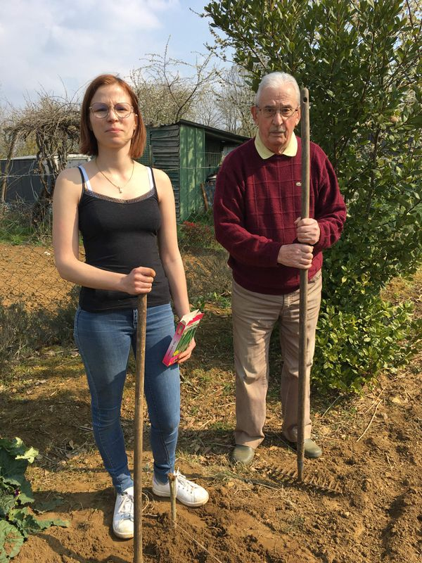 Virginie et son coach technique en jardinage : Robert Pinet, 90 ans, une belle équipe au service du potager