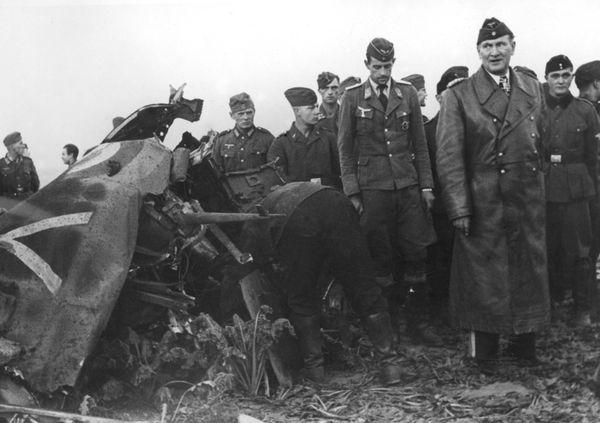 """Bruno Lörzer, chef du II.Fliegerkorps, inspectant l'épave d'un Spitfire abattu au-dessus des côtes françaises de la Manche. Cette photo, conservée aux Archives nationales polonaises, est datée de septembre 1940, mais il pourrait bien s'agir des débris de l'appareil de Michael Keymer. On aperçoit notamment la lettre """"Y"""" qui pourrait correspondre à l'identification """"YT"""" du 65 Squadron."""