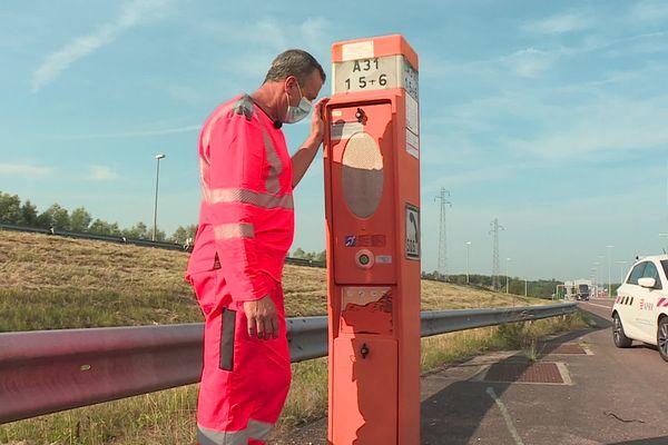 """Les agents autoroutiers inspectent les installations en prévision d'un samedi """"rouge""""."""