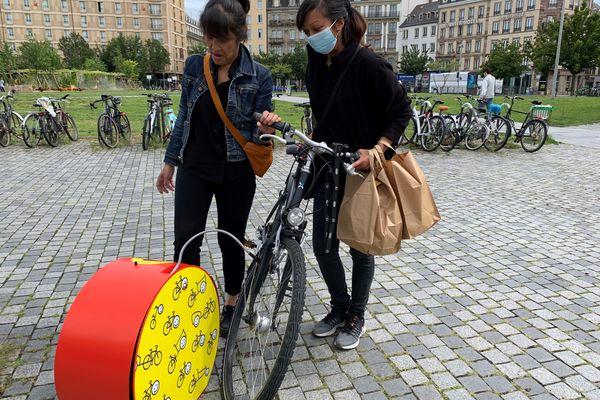 Ces deux cyclistes ont été bien contentes de trouver une pompe à proximité de la gare de Strasbourg pour regonfler leurs pneus.