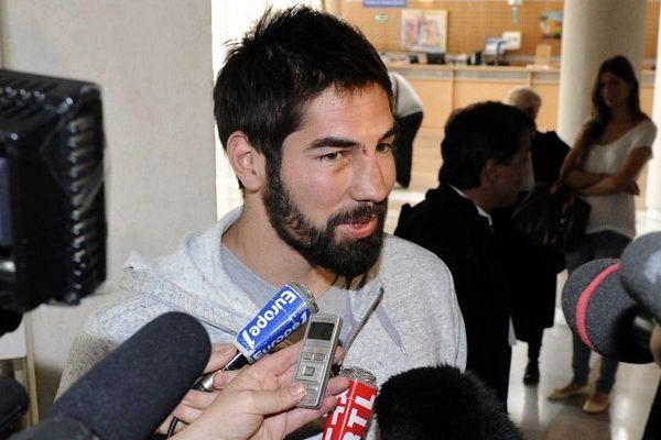 Montpellier - Nikola Karabatic, au tribunal de Montpellier, répond aux journalistes après avoir été entendu par les juges - 10 juin 2013.
