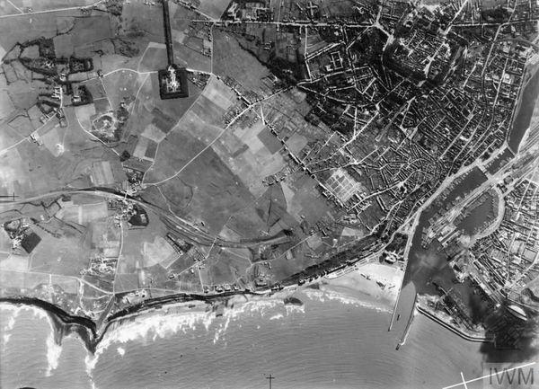 Photographie aérienne de Boulogne-sur-Mer, prise par un chasseur Spitfire de reconnaissance, pendant les préparatifs de l'Opération Seelöwe. On aperçoit, en haut à gauche, la colonne de la Grande Armée à Wimille et, en bas à droite, les barges de débarquement rassemblées dans le port.