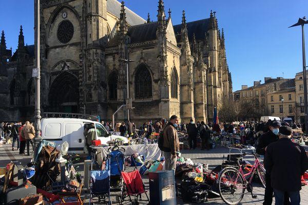 Samedi, le grand marché alimentaire. Dimanche, la brocante. Lundi, me marché aux tissus... Tous les jours beaucoup d'animation sur la Place Saint-Michel à Bordeaux.