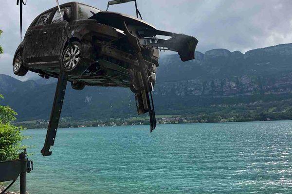 Le véhicule extrait du lac d'Annecy par les gendarmes, le 9 juin 2021.
