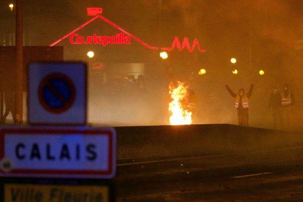 Une manifestation de Gilets jaunes au rond-point de Jardiland de Calais, samedi soir. Photo d'illustration.