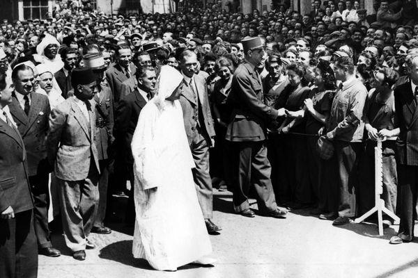 Le 3 juillet 1945, Charles de Gaulle visite les usines Michelin à Clermont-Ferrand en compagnie du Sultan du Maroc.