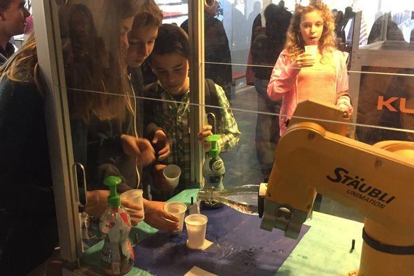 Au Robotic Day, les élèves du collège Saint-Exupéry ont apprécié le robot qui verse (renverse ?), les gobelets de limonade