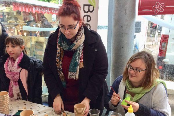 les mini-entrepreneurs Arden Bee O fabriquent leurs gobelets à graines de fleurs
