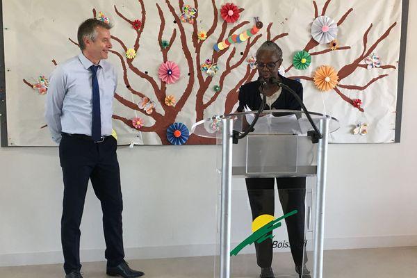 """Le nouveau maire de Boisseuil, Philippe Janicot, et l'inspectrice d'académie de la Haute-Vienne, Jacqueline Orlay, signent la convention """"2S2C""""."""