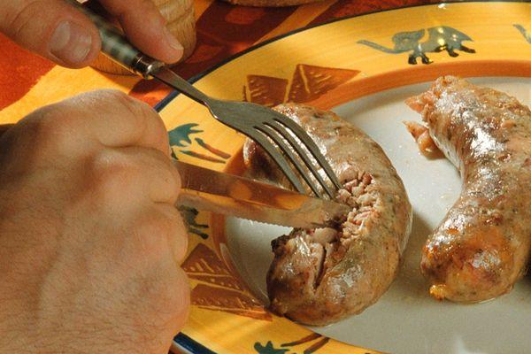 Héritage des traditions des charcutiers, la véritable andouillette est un produit artisanal preparée exclusivement à partir de chaudins (gros intestins) et d'estomacs de porc.