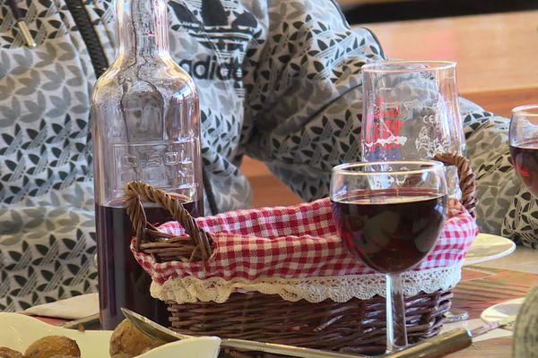 Les salariés qui travaillent en extérieur et dont l'entreprise a signé une convention avec un restaurant pourront désormais manger le midi.