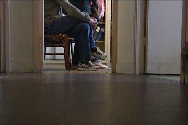 Des migrants attendent d'être reçus à l'association Chrétiens migrants à Tours (Indre-et-Loire)