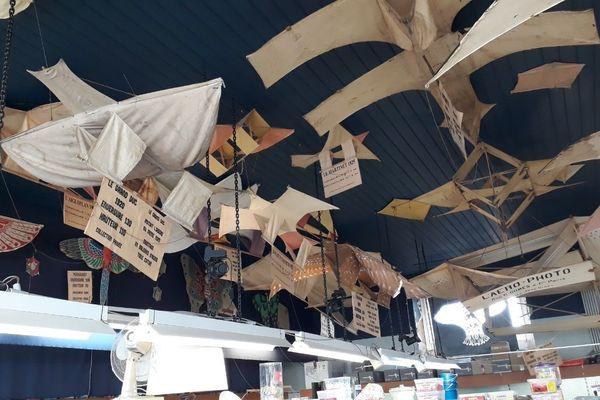Une centaine de cerfs-volants anciens orne le plafond du Grand Bazar.