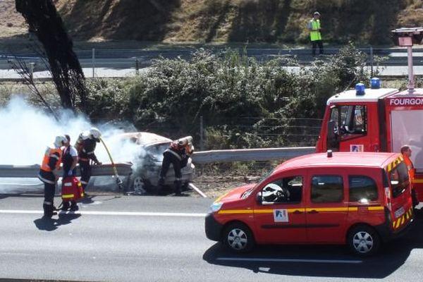 Les pompiers sont intervenus pour secourir les trois passagers du véhicule accidenté sur l'A.61 près de Narbonne. 18 septembre 2015.