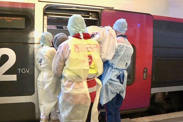 À Strasbourg les SAMU prennent en charge les personnes malades du covid-19 à bord du TGV sanitaire qui va permettre de les transporter vers Angers et Nantes