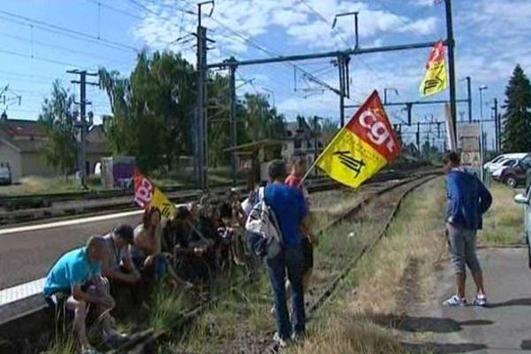 Lundi 16 juin, les drapeaux de la CGT flottent sur les rails en gare de Moulins dans l'Allier.
