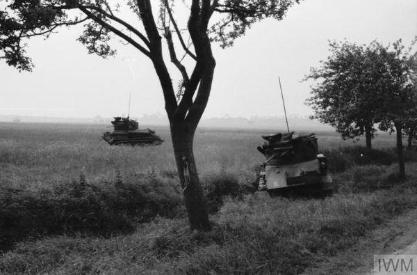 Des chars britanniques légers Vickers Mk VI vaincus entre Huppy et Saint-Maxent, près d'Abbeville, le 27 mai 1940.