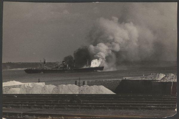 L'Ocean Liberty en 1947, en flammes, cinq minutes avant son explosion