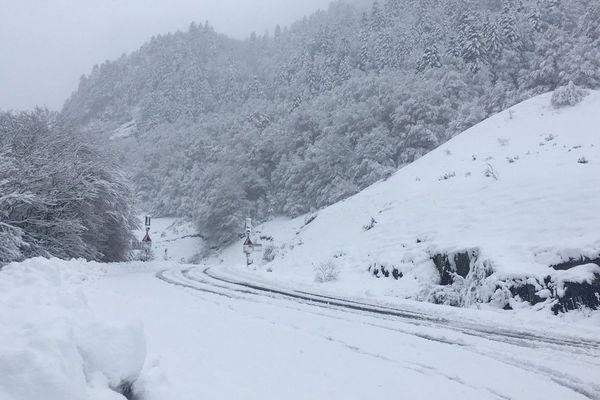 La neige tombe abondamment sur les Pyrénées, en quelques jours plus d'un mètre s'est accumulé au niveau du col du Pourtalet.