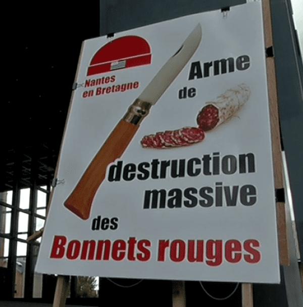 Une des affiches visible aujourd'hui sur le parvis du tribunal