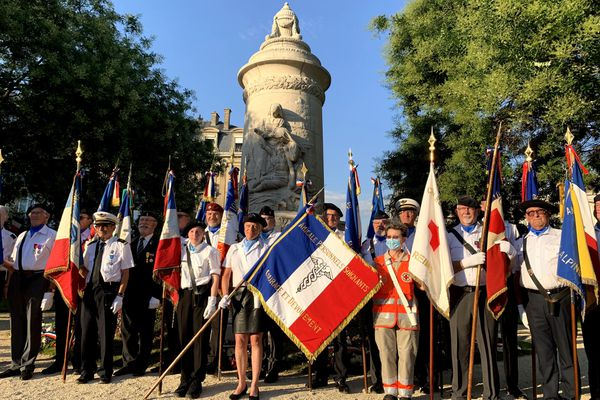 Anciens combattants et soignants au pied du monument en hommage aux infirmières, à Reims, le 13 juillet 2020.